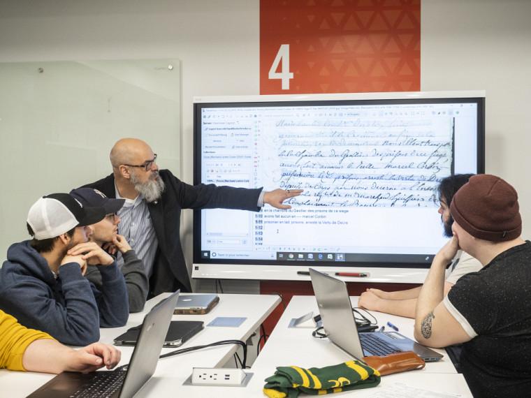 Le professeur Léon Robichaud a donné un atelier pour que ses étudiantes et étudiants pratiquent la paléographie à l'aide du logiciel Transkribus.