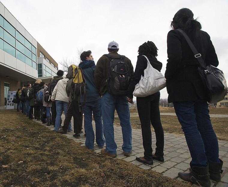 Une file symbolique de 25 personnes s'est dressée devant le Pavillon multifonctionnel le 22 mars.