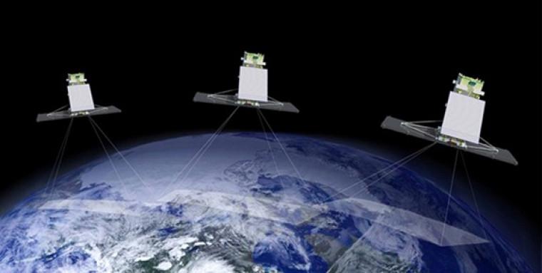 Vue d'artiste de la constellation satellitaire canadienne MCR (Radarsat constellation mission). Les trois satellites de la MCR sont conçus pour survoler tous les jours notre pays et ses étendues d'eau. Les données recueillies aident notamment les capitaines à naviguer dans les eaux de l'Arctique, améliorent le rendement des cultures et aident à sauver des vies. (Source: Agence spatiale canadienne.)