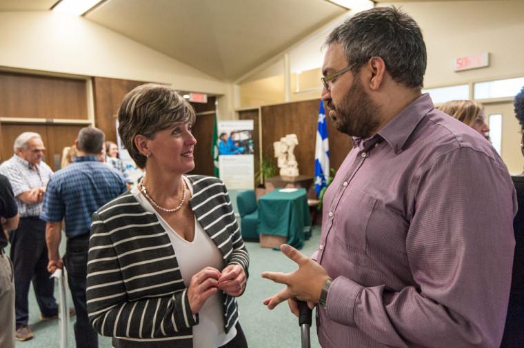 L'honorable Marie-Claude Bibeau en discussion avec Jonathan Bouchard, étudiant en génie et récipiendaire de la bourse Vanier.