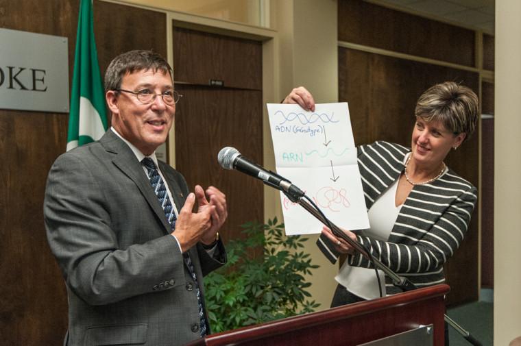 Le vice-recteur à la recherche et aux études supérieures de l'Université de Sherbrooke, Jean-Pierre Perreault et l'honorable Marie-Claude Bibeau.