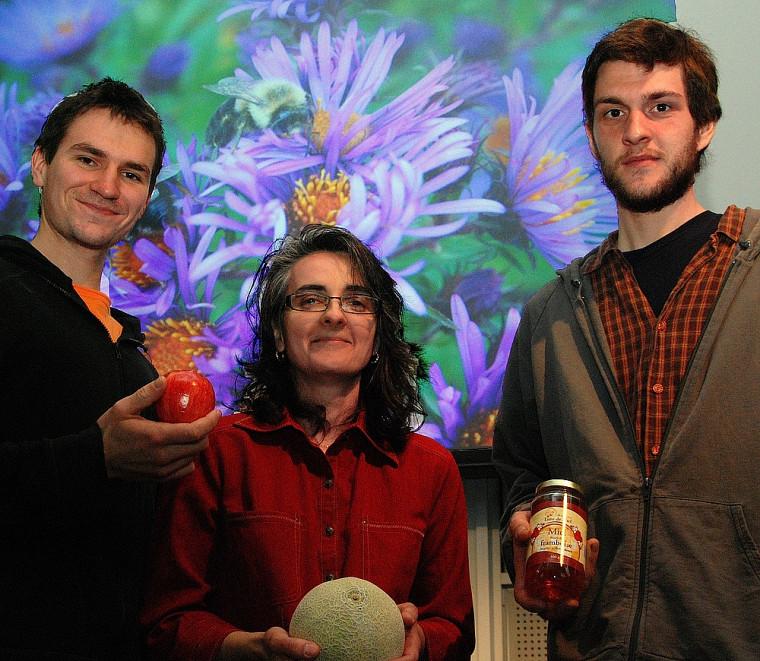Benjamin Ouellet et Gabriel Rebello, étudiants à l'Université de Sherbrooke, entourent France Bourgouin, d'Action Saint-François.