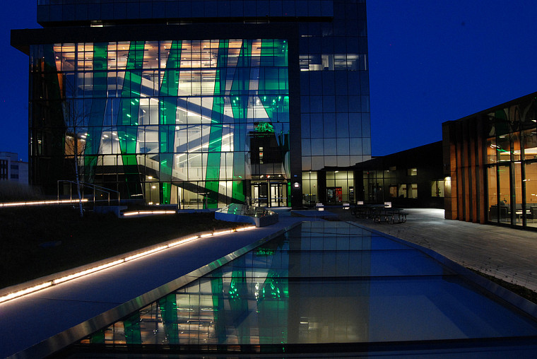 Un aspect du bâtiment primé, en soirée.