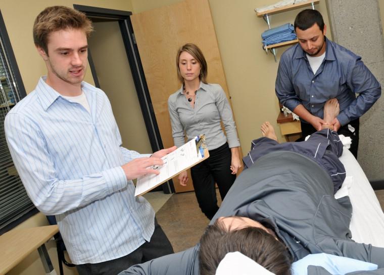 Des étudiants font une démonstration lors de l'ouverture officielle de la clinique, le 3octobre2012.
