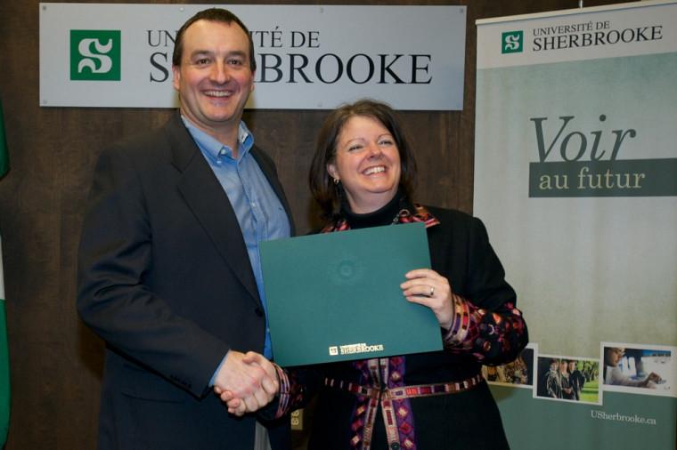 Martin Roy, lauréat du prix facultaire Reconnaissance de la qualité de l'enseignement, et la vice-rectrice Lucie Laflamme.
