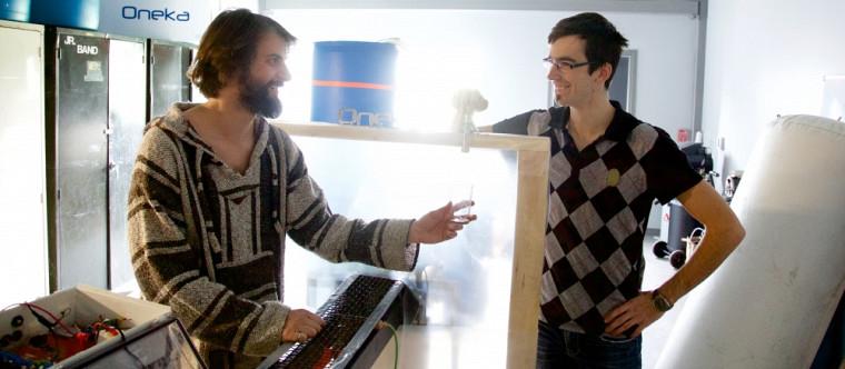 Renaud Lafortune et Dragan Tutic, deux diplômés de la Faculté de génie, savourent un verre d'eau issu de leur prototype qui dessale l'eau de mer.