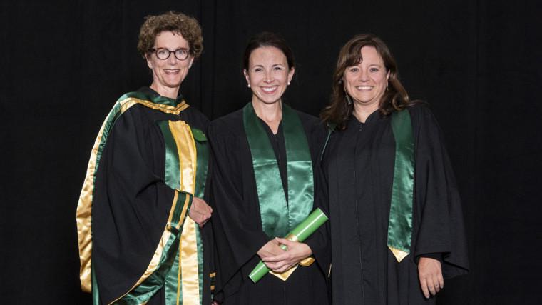 La nouvelle juge Katheryne Desfossés, entourée de laPre Geneviève Cartier, doyenne intérimaire en 2019, et de la Pre Nathalie Vézina lors de la collation des grades 2019.