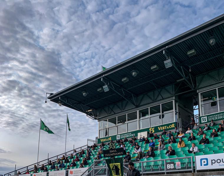 Les futurs ingénieurs de la 66e promotion reçoivent leur bandana Vert et Or au stade principal de l'Université de Sherbrooke.