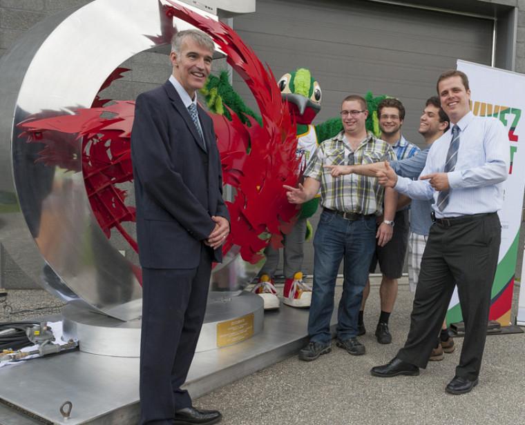 Le professeur Alain Desrochers en compagnie de ses étudiants Jean-Philippe Choinière, Jonatan Madison et Samuel McNicoll ainsi que de Sylvain Vachon, professionnel de la Chaire CRSNG en conception pour l'aluminium.