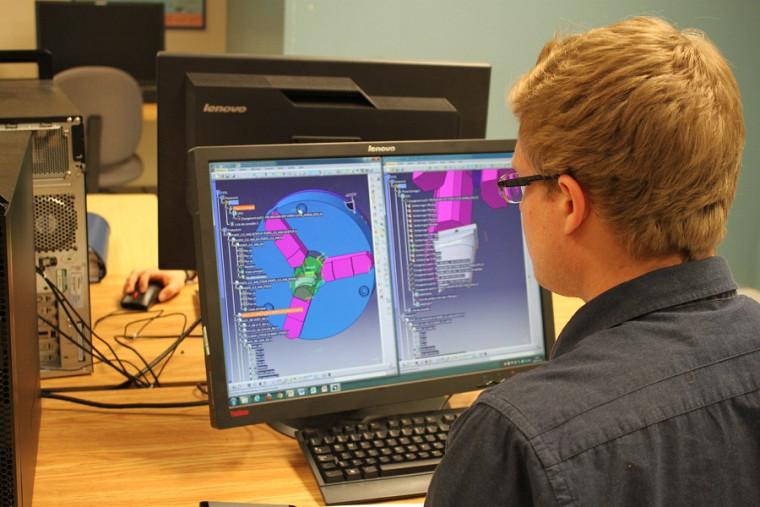 Un étudiant travaille sur le logiciel CATIA.