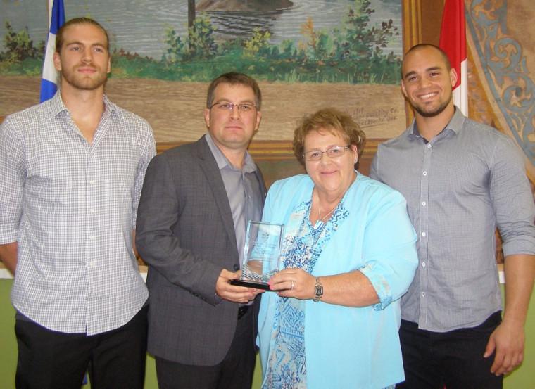 L'entraîneur-chef David Lessard a accepté, au nom de l'équipe de football Vert & Or, le Prix sportif Eugène-Lalonde de la Société St-Jean-Baptiste de Sherbrooke des mains de sa présidente Micheline Dupuis.