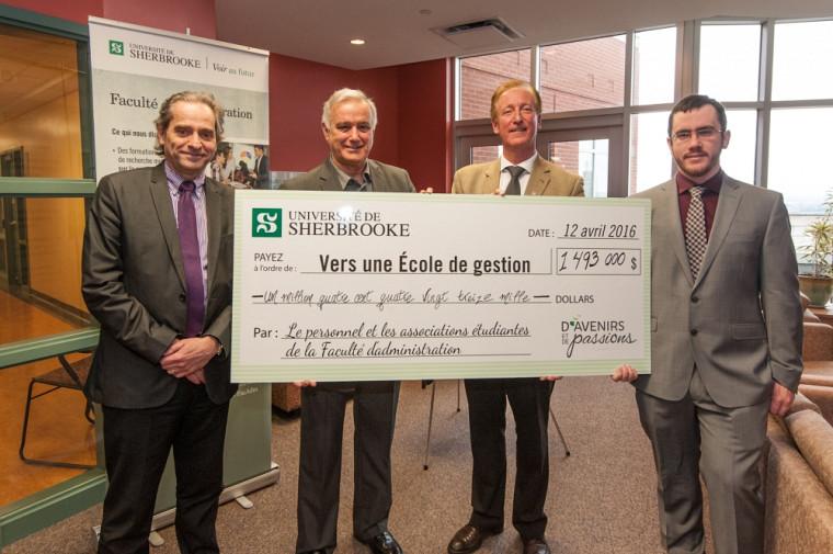 Le doyen François Coderre en compagnie de Roger Noël, coprésident de la campagne interne, Me François Dubé, directeur général de la Fondation de l'UdeS et Sébastien Perron, président de l'AEFA.