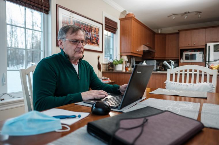 Savoir utiliser la technologie a permis à certaines personnes aînées de briser l'isolement durant la pandémie.