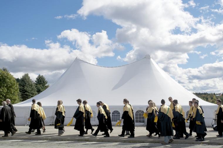 Des cohortes déambulent sur le Campus principal pour joindre les cérémonies facultaires.