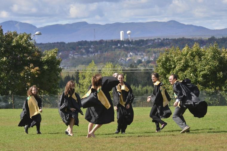 Quelques diplômés jouant, entre la cérémonie principale et leur cérémonie facultaire.