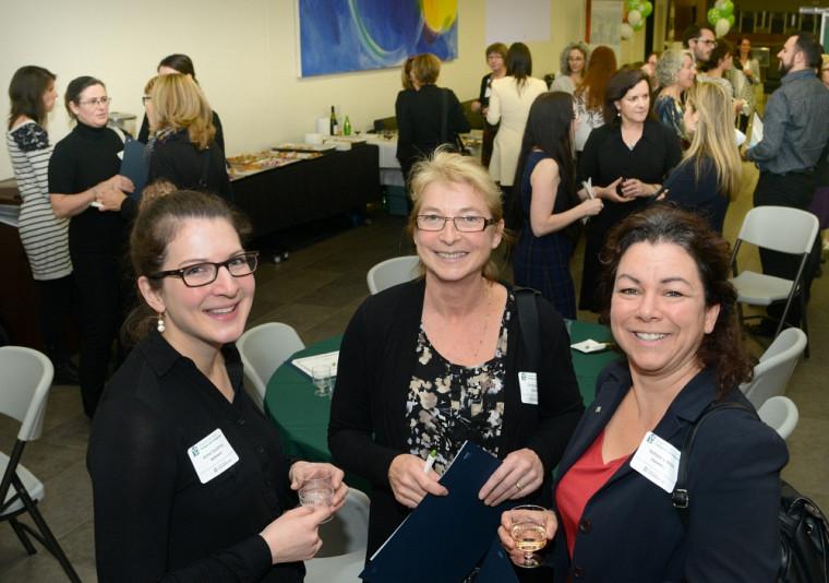 Trois diplômées de la Maîtrise et du microprogramme en évaluation profitent de la soirée organisée à l'occasion du 15e anniversaire des Programmes de 2e cycle en pratiques de la réadaptation. De gauche à droite: Annie Gaudreau, Christine Cayer et Nathalie Lemire.