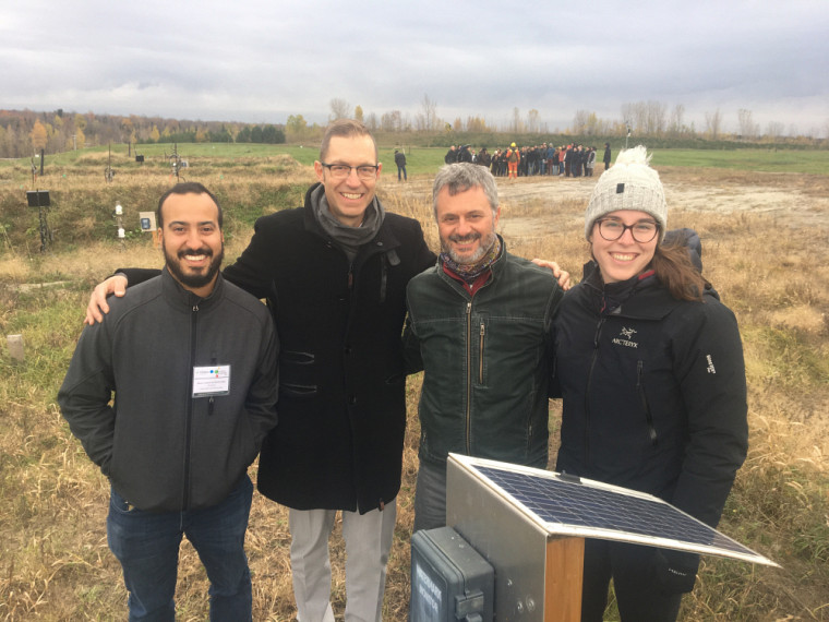 De gauche à droite: Mauro Duarte, Simon Mercier, directeur général de WasteManagement, au Québec, Alexandre Cabral, professeur, et Virginie Simard.