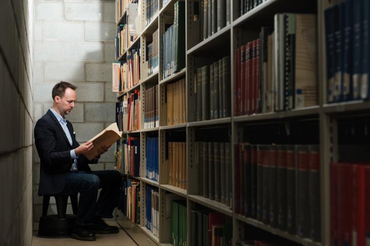Plus de 1 000 ouvrages anciens sur la littérature québécoise et européenne pour l'enfance et la jeunesse se trouvent à la bibliothèque Roger-Maltais du Campus principal, grâce à la collectionJacques Cloutier.