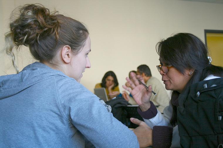 Une étudiante en écologie internationale de l'UdeS discute avec une immigrante du programme de francisation.