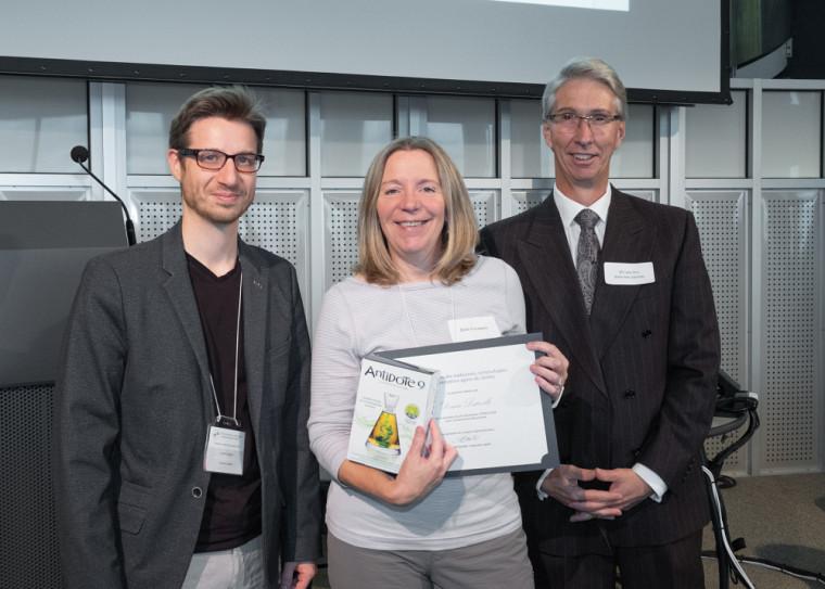 De gauche à droite: Joachim Lépine, chargé de cours à l'UdeS et coorganisateur de l'événement; Denise Latreille, récipiendaire du prix Excellence; et Donald Barabé, président du Conseil d'administration de l'OTTIAQ.