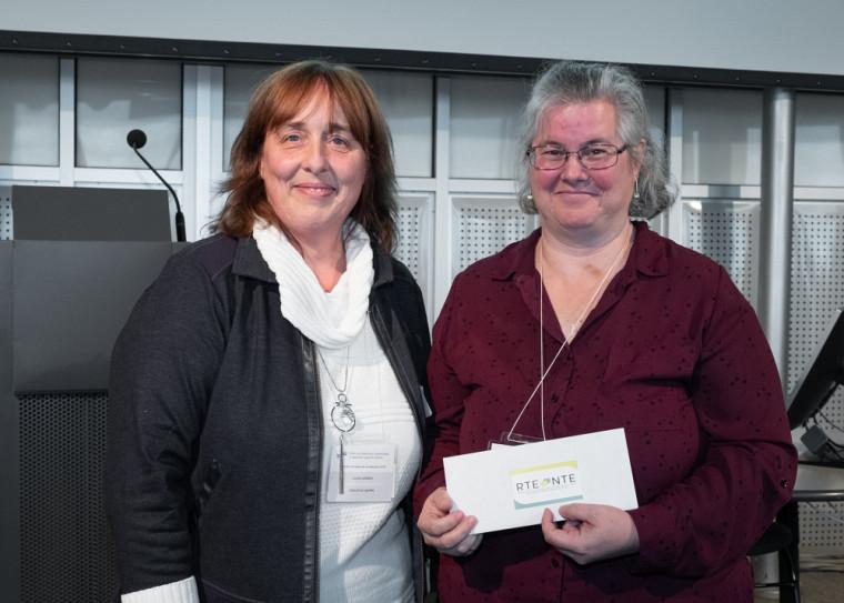 De gauche à droite: Lucie Leblanc, présidente du Réseau des traducteurs et traductrices en éducation; et Isabel Cyr, récipiendaire du prix Relève et d'une bourse d'excellence d'une valeur de 1000$.