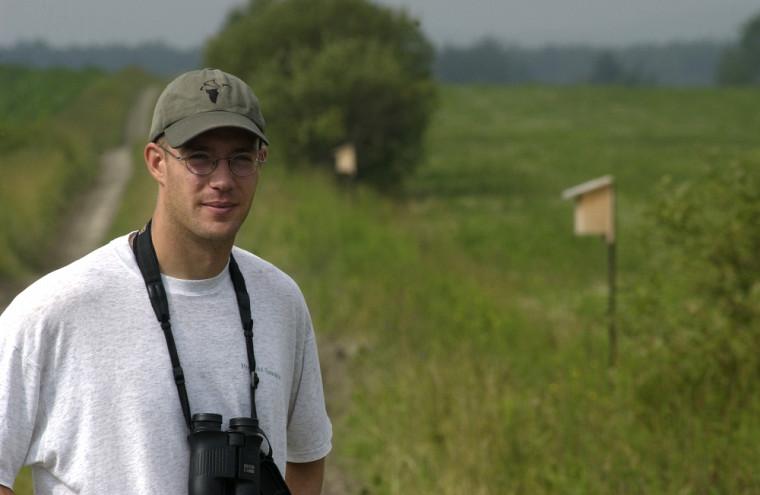 Le biologiste Marc Bélisle étudie l'hirondelle bicolore depuis bientôt 10ans.