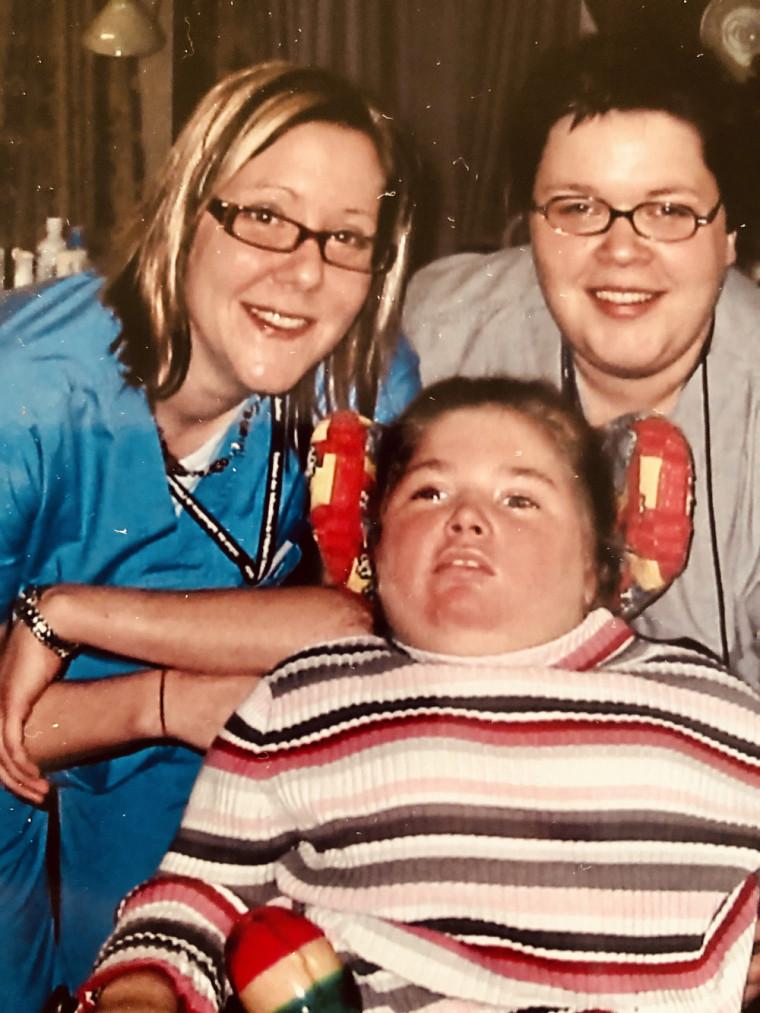 Infirmière au CHU Sainte-Justine de 2003 à 2010, Judith s'est liée d'amitié avec ses collègues, comme Marie-Pierre qui pose ici avec elle, autant qu'avec certains familles qu'elle a croisées. C'est le cas de celle de Maude, la patiente sur cette photo.