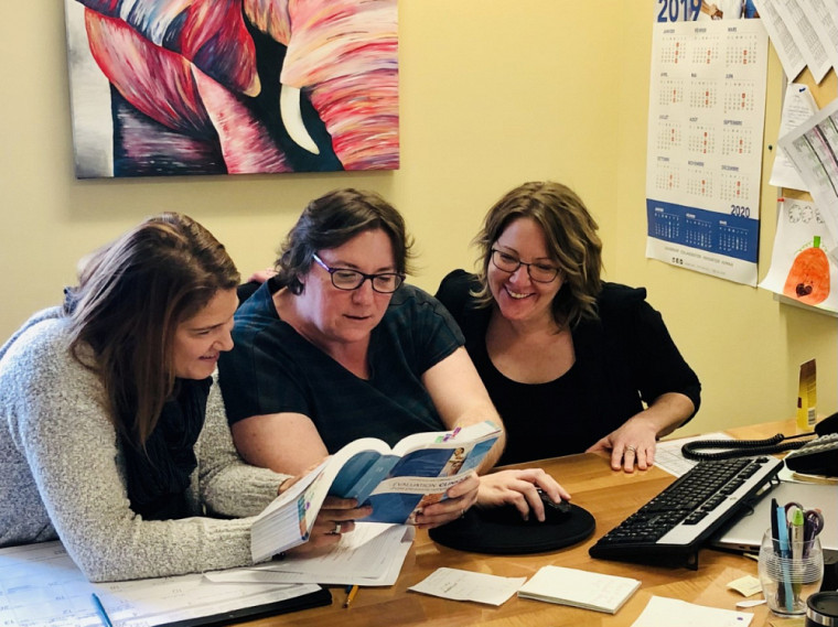 En décembre 2019, Judith (à droite) collabore avec Marie-Christine (à gauche), infirmière clinicienne, et Géraldine (au centre), agente administrative, pour informatiser les dossiers en soutien en domicile.