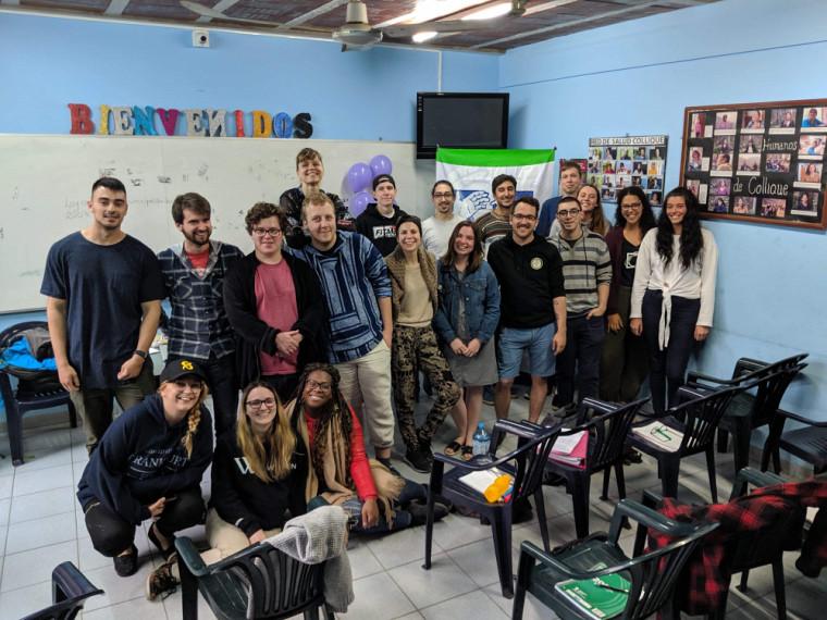 Un groupe d'étudiantes et d'étudiants en stage au Pérou.