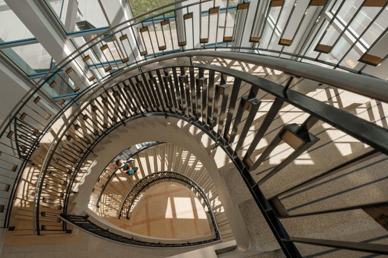 L'escalier en colimaçon, qui confère à l'arrière du bâtiment un cachet architectural depuis nombre de décennies, a pu être préservé dans le respect des normes de conception aujourd'hui en vigueur.