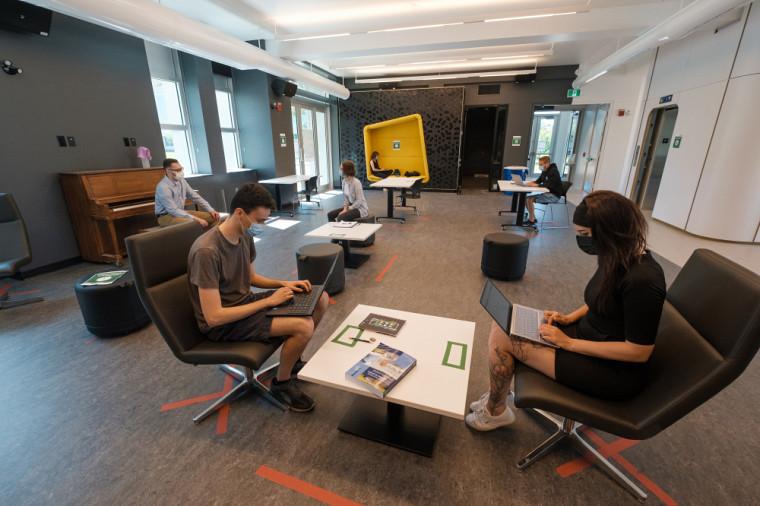 Des étudiantes et étudiants ont déjà commencé à s'approprier les espaces communs de la salle l'Horizon, à l'entrée du bâtiment.