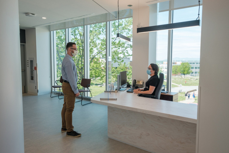 Les services offerts à la vie étudiante, comme celui de l'aide financière, occupent de nouveaux locaux au dernier étage de l'édifice.