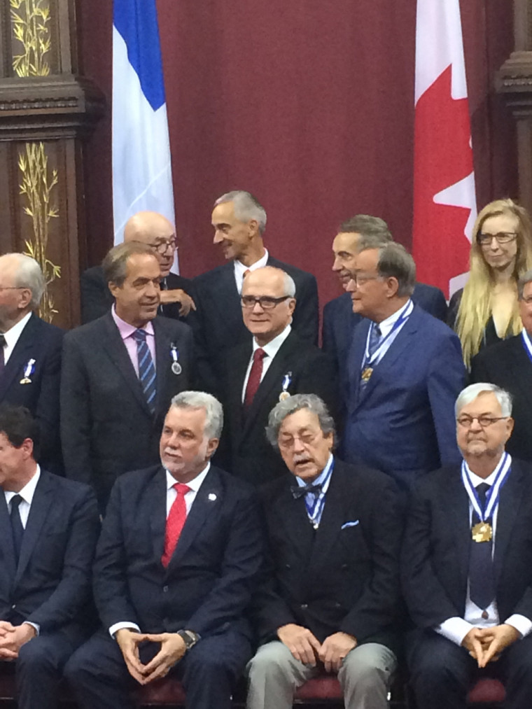 Pr Paul Grand'Maison derrière le Premier ministre, Philippe Couillard avec d'autres récipiendaires.