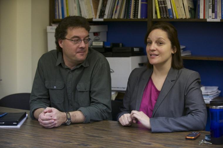 Claude Gélinas, anthropologue et professeur au Département de philosophie et d'éthique appliquée, et Vicky Chainey, avocate et chargée de cours à forfait à l'École de politique appliquée.