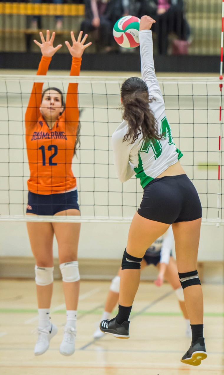 Jade Barrette, dans l'uniforme des Volontaires de Sherbrooke, sur la scène du volleyball collégial.