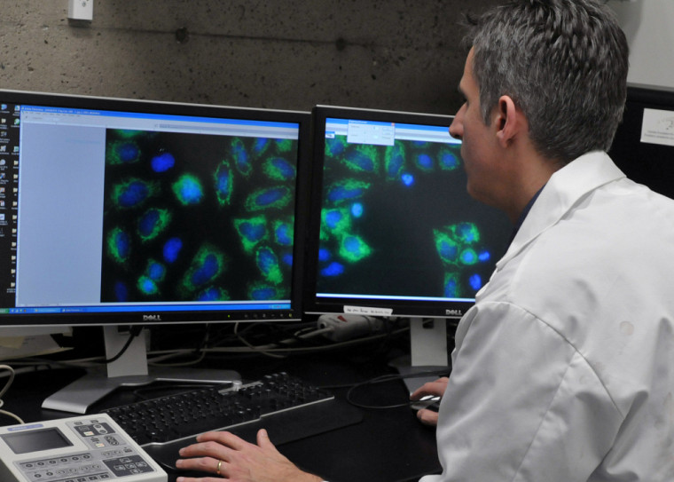Professeur Xavier Roucou, chercheur au Département de biochimie de l'UdeS