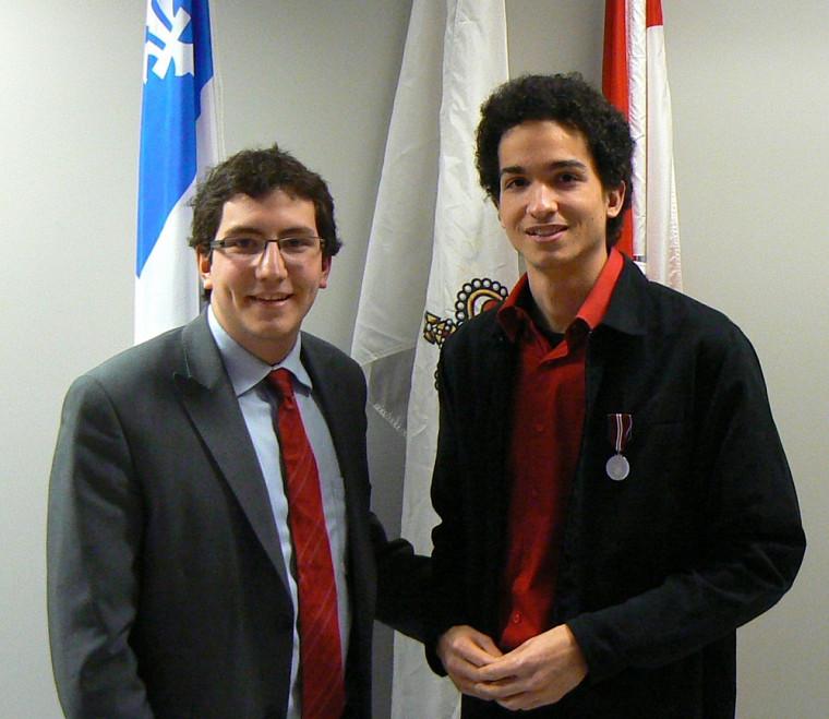 Pierre-Luc Dusseault, député fédéral de Sherbrooke, et le récipiendaire Adinson Brown.