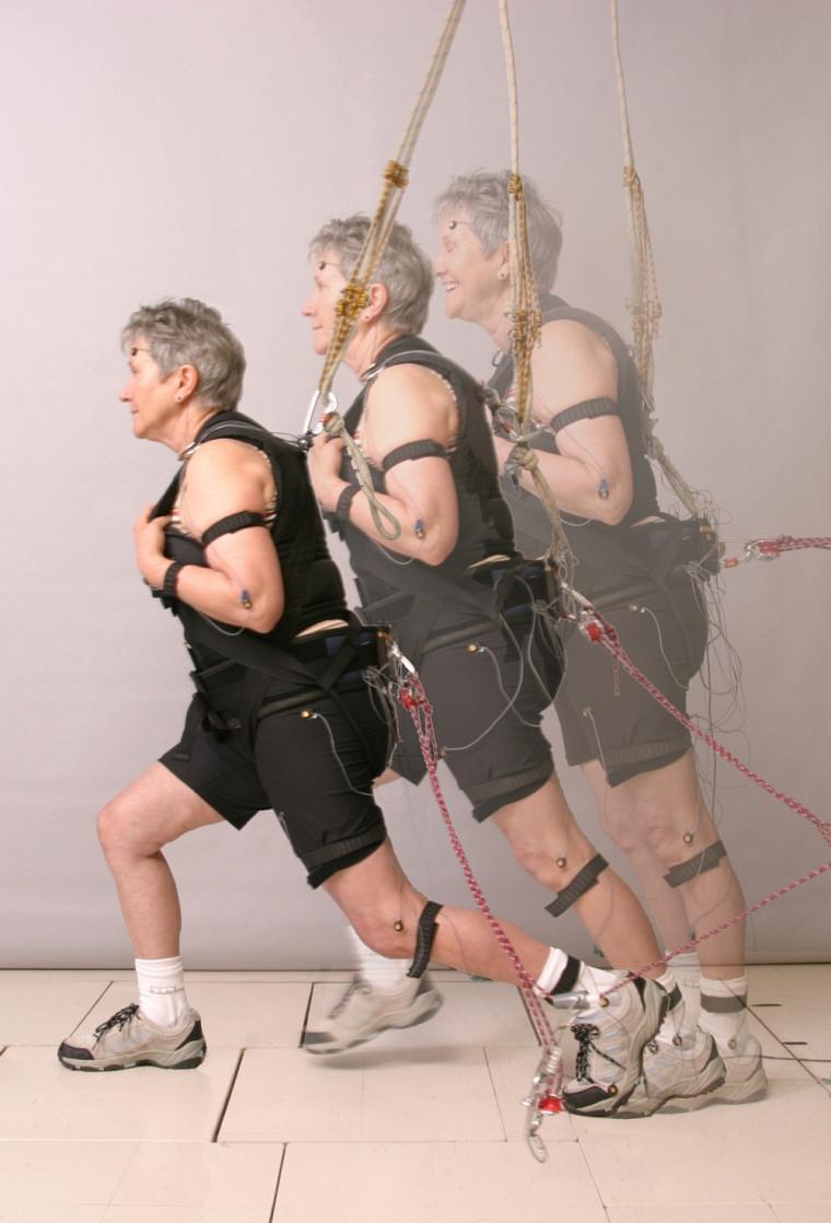 Les participants ont été placés dans un équipement de type «tour inclinée». Retenus par une ceinture pelvienne, ils étaient positionnés dans un angle pouvant aller de 2à 40degrés.