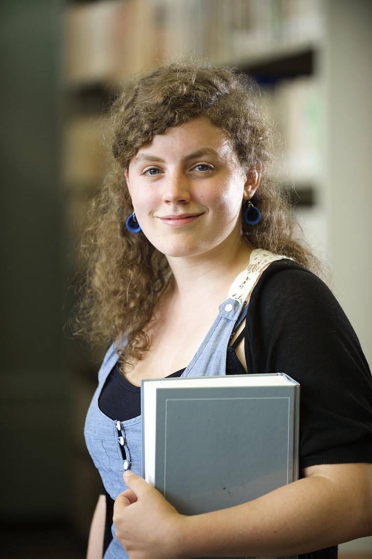 Kiev Renaud, étudiante en études littéraires et culturelles, représente fièrement l'UdeS grâce à l'obtention de la bourse Fessenden-Trott.