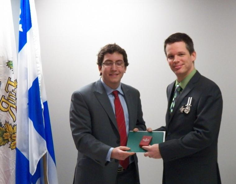 Mario Lambert reçoit la médaille du jubilé de diamant de la reine Elizabeth II des mains de Pierre-Luc Dusseault, député fédéral de Sherbrooke.