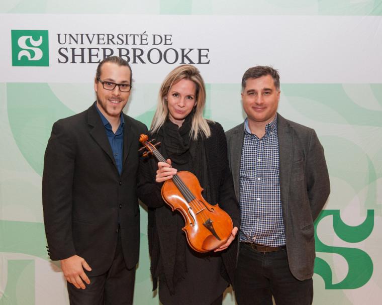 Le professeur Marc D. David (à droite) et sa conjointe, Mme Anne-Marie Baribeau ont fait don à l'École de musique d'un violon Pierre Charrette de 1984. L'instrument sera utilisé par François Couturier, un étudiant de première année du cheminement personnalisé.