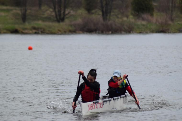 Deux membres de l'équipe du canoë de béton de l'UdeS