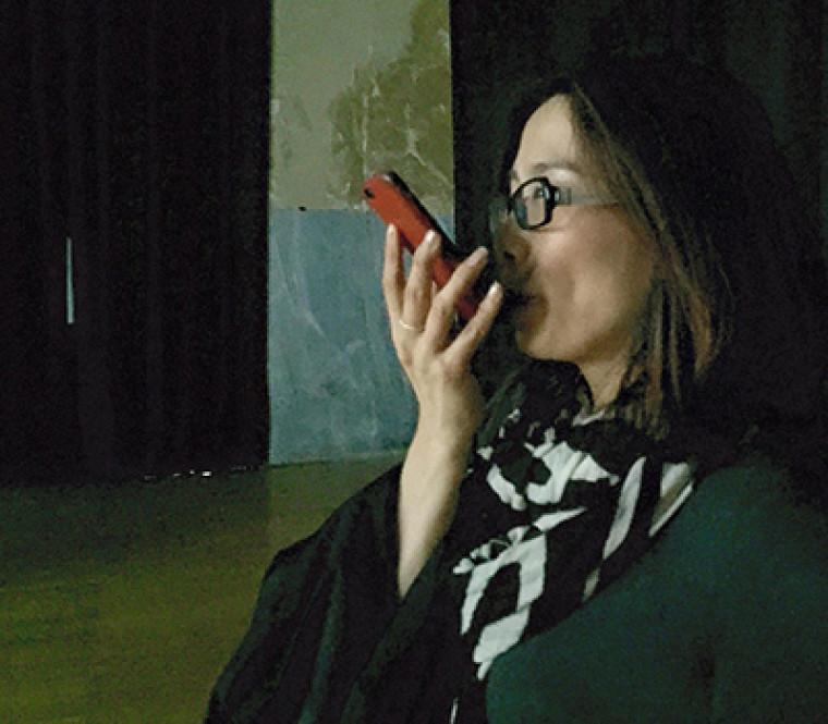 En soufflant sur le micro de leur téléphone, les spectateurs peuvent transformer les visages affichés dans la vidéo.