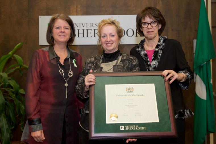 La lauréate Jocelyne Sauvé (au centre), accompagnée de la vice-rectrice aux études de l'UdeS, Pre Lucie Laflamme (à g.), et de la rectrice Pre Luce Samoisette.