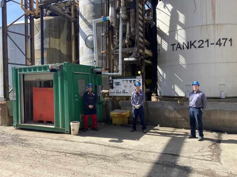 De gauche à droite : les deux diplômés en génie chimique, François Cardin et Charles Desroches ainsi que leur collègue, Francis Ferland, opérateur aux usines d'acide