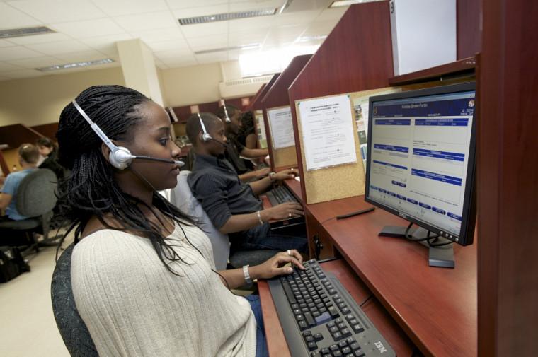 Des étudiantes et des étudiants travaillant au centre d'appels de La Fondation de l'Université de Sherbrooke.