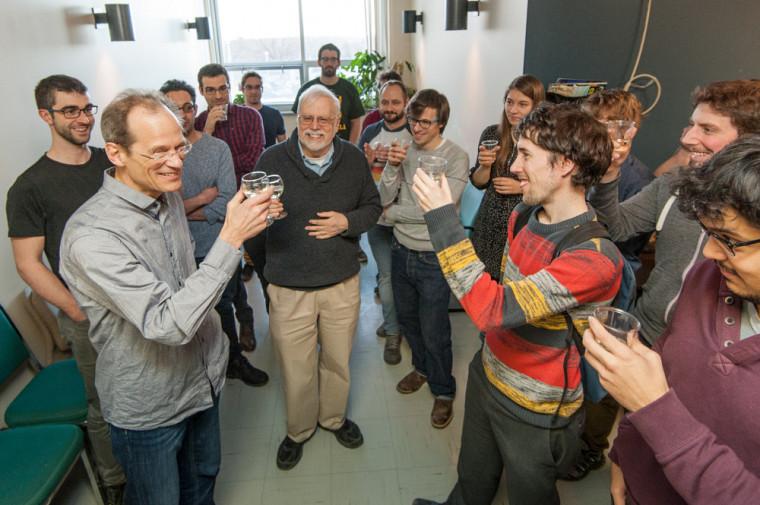 Louis Taillefer entouré du physicien André-Marie Tremblay et de ses collègues du Département de physique et de l'Institut quantique.