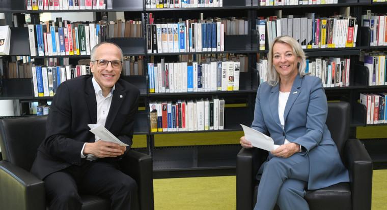 Le professeur, Pierre Cossette, recteur de l'UdeS, en compagnie de la mairesse de la Ville de Longueuil, madame Sylvie Parent, officialisantleur nouvelle collaboration.