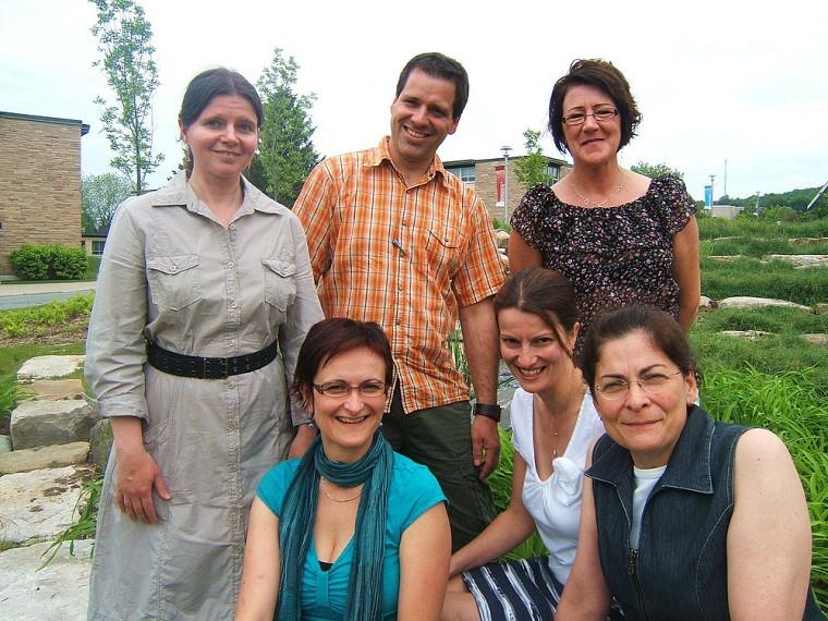 Une première cohorte de diplômés est issue du microprogramme de 2e cycle en adaptation scolaire et sociale des adultes. Au premier plan: Carine Villemagne, Ève-Marie Pouliot et Hélène Turmel. Au second plan: Isabelle Rioux, Carl Ouellet et Chantal Bellerose.