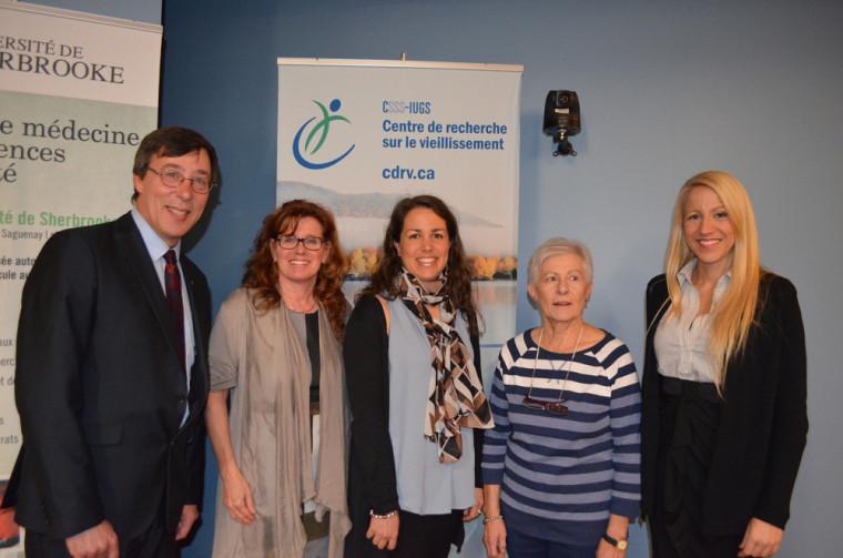 Pr Jean-Pierre Perreault, vice-doyen à la recherche et aux études supérieures de la FMSS, Nicole Dubuc, directrice du CdRV, Mélanie Levasseur, professeure-chercheuse à l'École de réadaptation de la FMSS et au CdRV du CIUSSS de l'Estrie – CHUS, Denise Lavigne, une résidente de Sherbrooke qui a participé à une étude pilote du programme au Québec et Dre Mélissa Généreux, directrice de santé publique au CIUSSS de l'Estrie – CHUS.